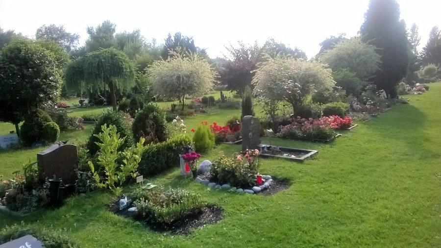 Tierbestattung/Erdbestattung auf dem Tierfriedhof mit Rosengarten und Tierkrematorium in Urnen für Hunde.